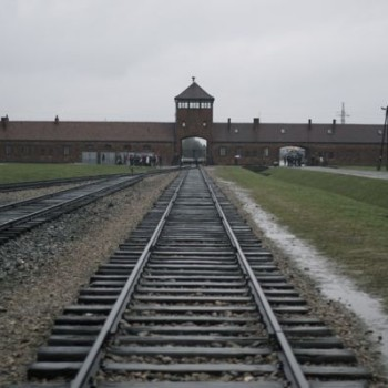 gate-of-death-auschwitz1