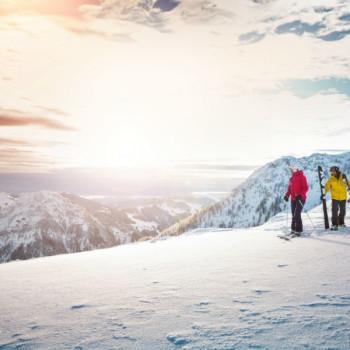 Kitzbueheler Alpen_Winter-2 Skifahrer auf Bergplateau_Leitsujet(c)MirjaGeh_Eye5_2015-small